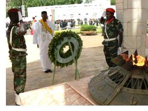 Le dépôt d'une gerbe de fleurs au Monument de l'Indépendance
