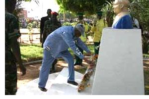 Le président de la République déposant une gerbe de fleurs au pied du monument dédié à Raoul Follereau lors de l'édition 2006 de la journée mondiale des lépreux