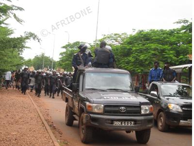 une_marche_de_l_aeem_encadre_par_la_police.jpg