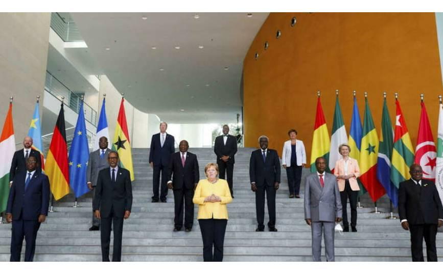 © AP - Michele Tantussi Les participants de Compact with Africa réunis autour de la chancelière allemande Angela Merkel à Berlin, vendredi 27 août 2021.