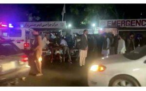 Des blessés transportés en urgence dans un hôpital de Kaboul, le 26 août 2021. © REUTERS/Reuters TV