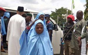 Des élèves enlevés fin mai retrouvent leurs familles après leur libération le 27 août 2021 à Minna, au Nigeria. afp.com - John OKUNYOMIH