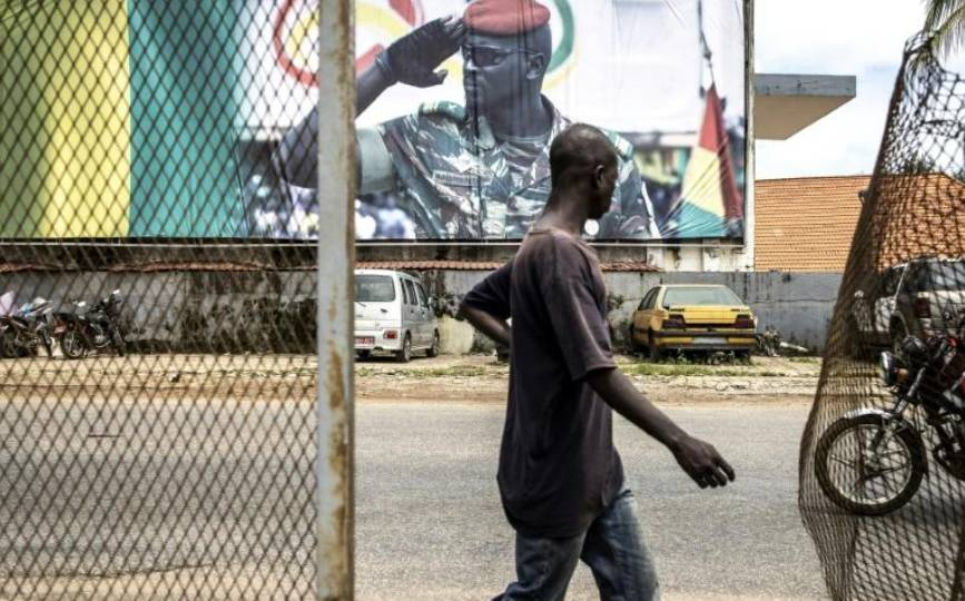 Un écran géant montre le leader de la junte, dans une rue de Conakry le 11 septembre 2021. afp.com - JOHN WESSELS