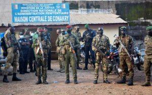 Des militaires des forces spéciales guinéennes devant la la prison civile de Conakry avant la libération de dizaines de détenus du régime du président déchu Alpha Condé, le 7 septembre 2021. afp.com - CELLOU BINANI