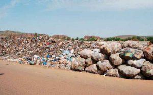 Les populations sont contraintes de supporter la présence de ces tas d'ordures qui essaiment la ville.