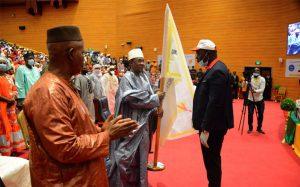 Le chef du gouvernement remet le fanion de la formation au représentant des jeunes