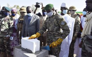 Le président de la Transition, le colonel Assimi Goïta posant la première pierre