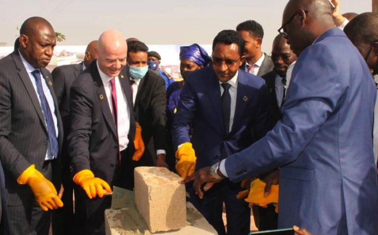 La pose de la première pierre par Infantino sous les yeux du ministre en charge des Sports (d) et du président de la Femafoot