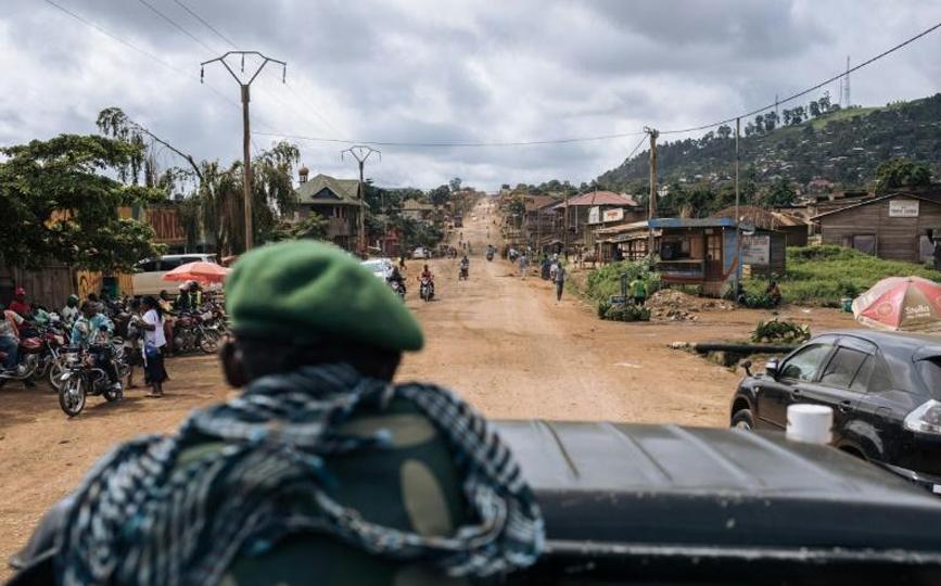 Une patrouille de soldats congolais sur la route de Beni à la frontière ougandaise, le 23 mai 2021 afp.com - ALEXIS HUGUET