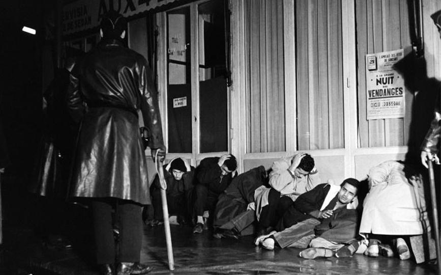 Des manifestants algériens appréhendés à Puteaux, à l'ouest de Paris, lors de la manifestation pacifique du 17 octobre 1961 afp.com - Fernand PARIZOT
