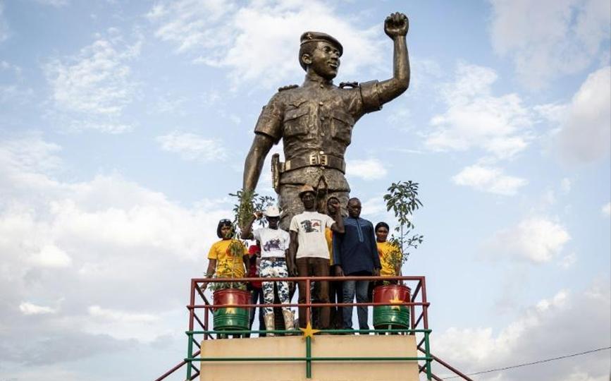 Des visiteurs posent pour une photo au mausolée de Thomas Sankara, à Ouagadougou le 15 octobre 2021 afp.com - OLYMPIA DE MAISMONT