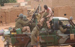 Une patrouille des Forces armées maliennes dans un village