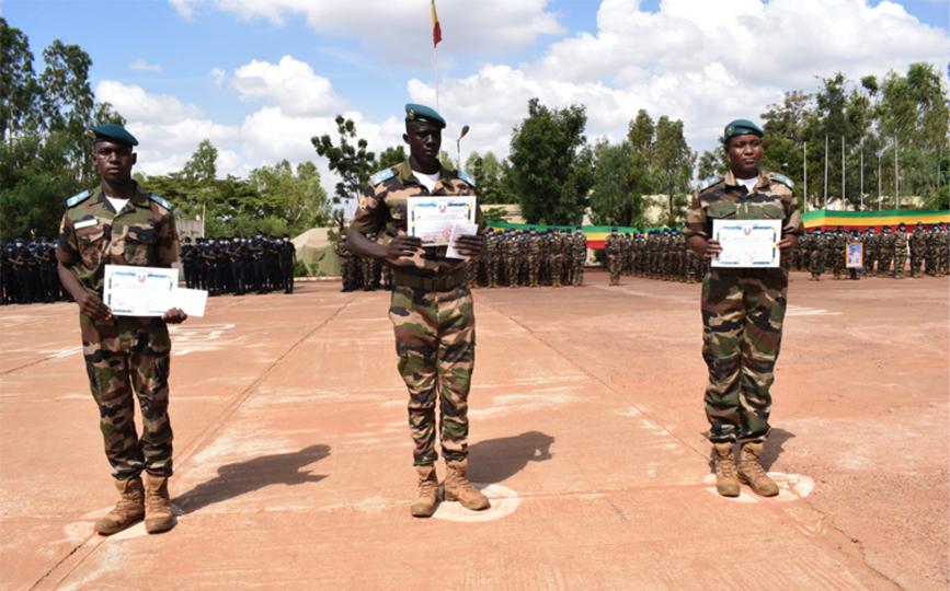 Les trois premiers de la promotion ont reçu leurs certificats avant les démonstrations avec leurs camarades