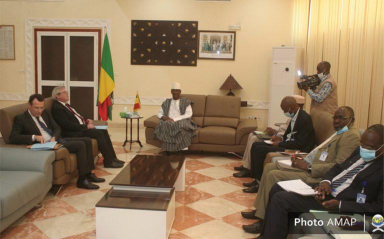 La délégation de l'ambassadeur de France reçue par le chef du gouvernement