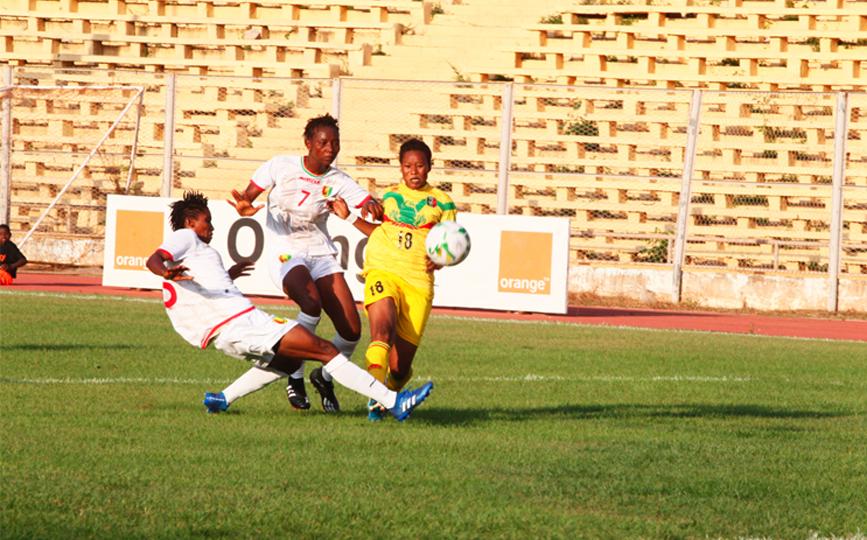 L'attaquante des Aigles Dames, Agueissa Diarra (en jaune) aux prises avec les défenseures guinéennes